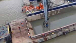 Máy bơm bùn dỡ hàng sà lan
